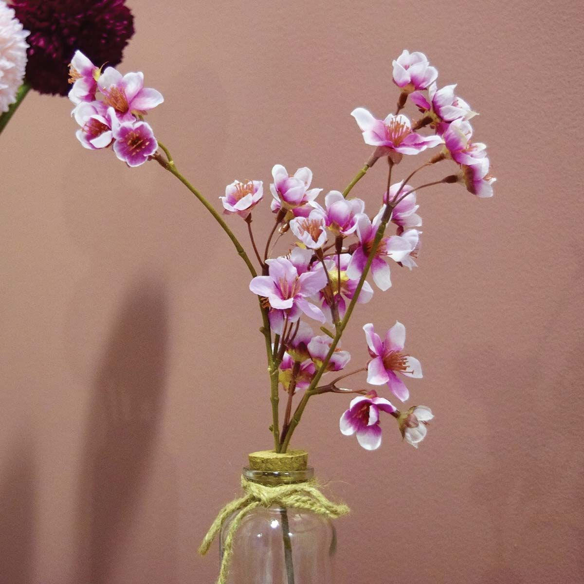 Composition florale branche de cerisier en vase